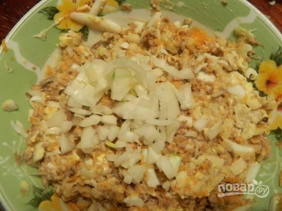 Добавляем тертое или мелко нарезанное яблоко, оставшийся сливочный сыр и мелко нарезанный лук, соль и перец по вкусу. Хорошо перемешиваем.