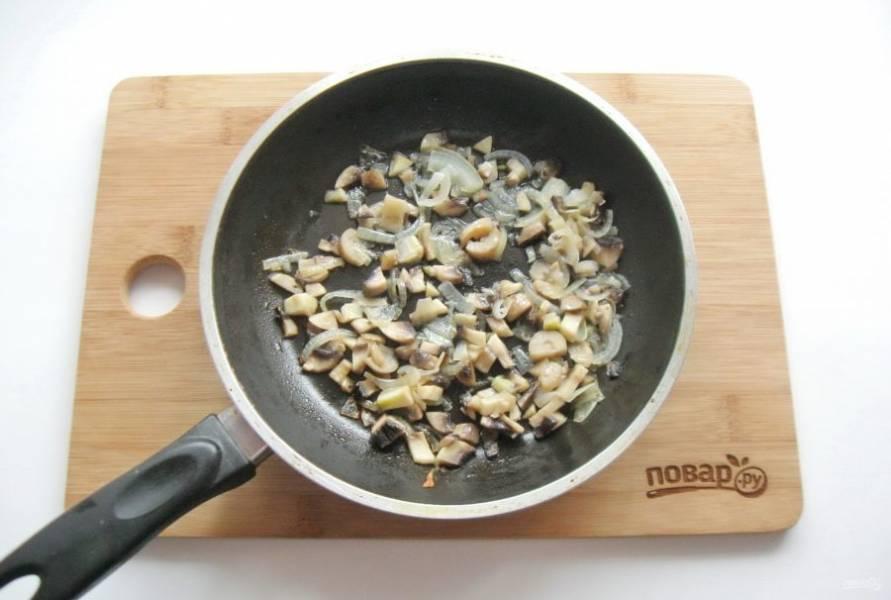 Жарьте грибы с луком, перемешивая, до готовности.