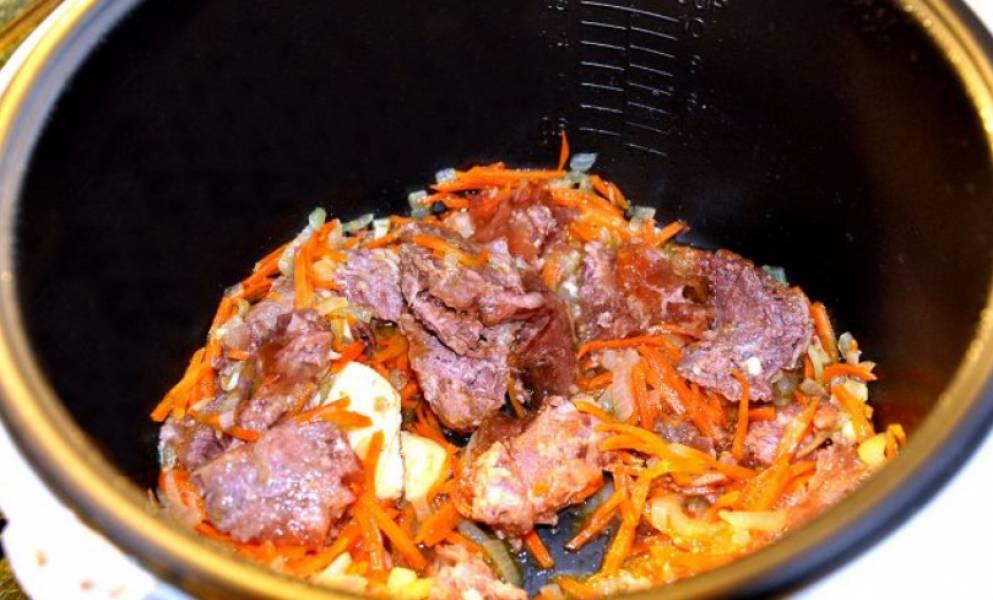 Как только овощи станут мягкими, добавляем всю тушенку (без жира). Можно добавить немного сливочного масла.
