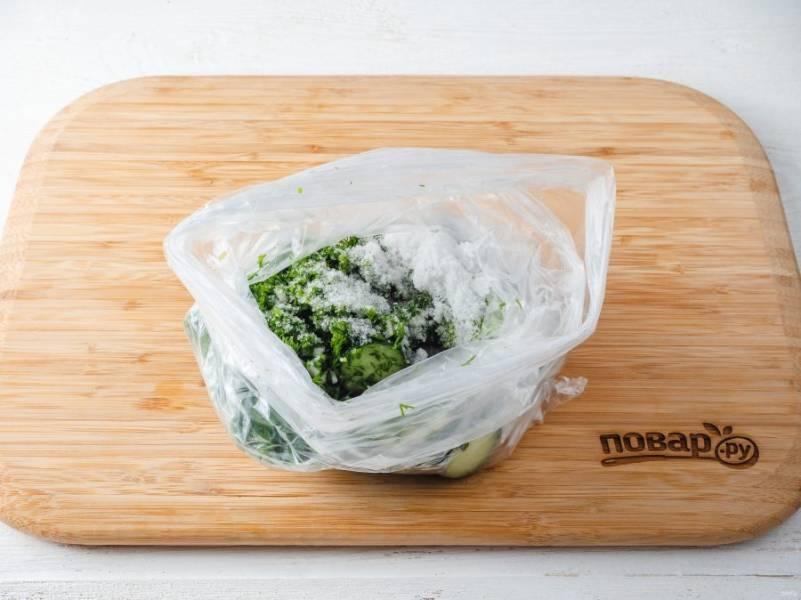 Также в пакет добавьте рубленный укроп с чесноком, соль и сахар.
