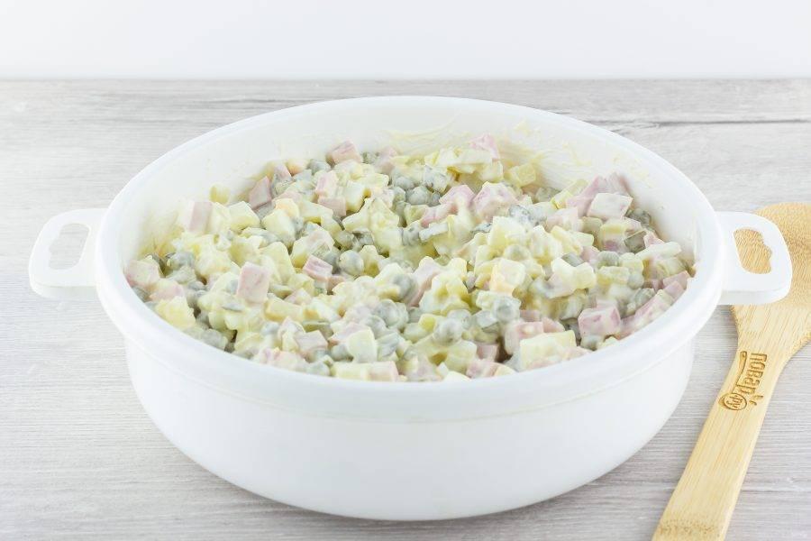 Заправьте салат майонезом по вкусу, аккуратно всё перемешайте, при необходимости посолите по вкусу.