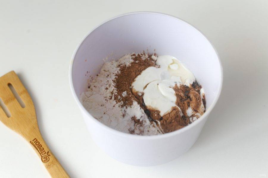 Насыпьте муку, какао и соду. Добавьте сметану и растительное масло.