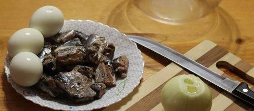 1. Этот пирог готовится вовсе не сложно. Основное время занимает приготовление теста. Я предлагаю классический рецепт рыбного пирога в мультиварке. Для начала поставьте варится яйца, а консерву откиньте на дуршлаг, чтобы слилась лишняя жидкость. После - очистите лук.