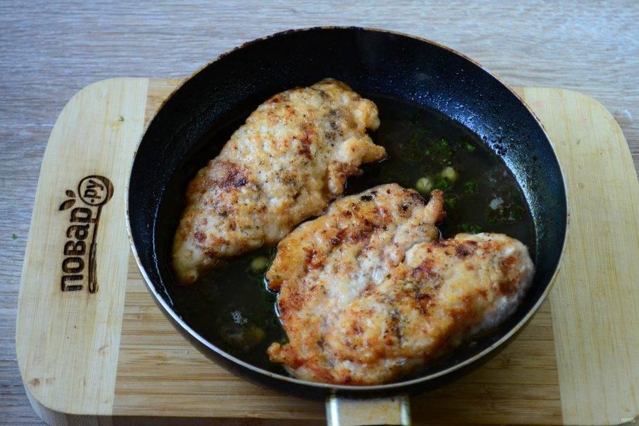 Снова дайте соусу закипеть и отправьте в него предварительно обжаренные куриные грудки. Накройте крышкой и тушите на медленном огне 5 минут. За это время жидкость из соуса пропитает курицу, делая ее невероятно нежной, а сам он станет немного гуще.