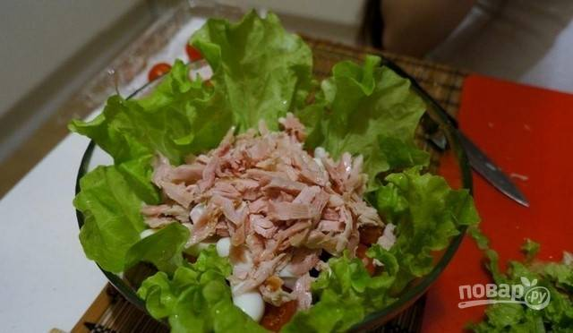 Нарежьте соломкой курицу. Внесите её в салатницу. Хлеб обжарьте в тостере или на сухой сковороде. Затем нарежьте его кубиками.