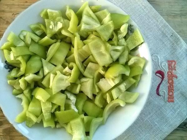 1.  Промойте кабачки и болгарский перец, удалите семена. Если кабачки  немолодые, то кожицу лучше снять. Порежьте болгарский перец полосками.