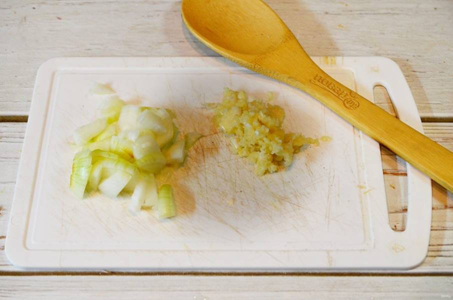 4. Лук и чеснок порубите ножом, добавьте к овощам и обжаривайте все вместе.
