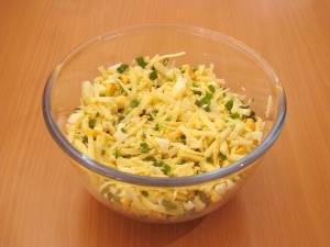 Смешиваем яйца, сыр и зелень. Соль по вкусу.