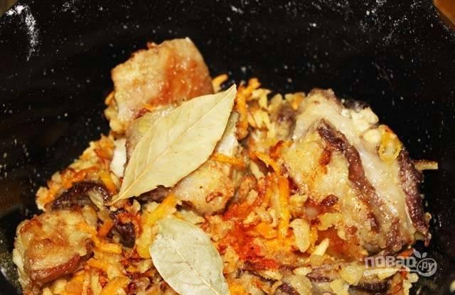После этого всыпьте муку, лавровый лист, соль, помидоры и перец. Всё перемешайте.