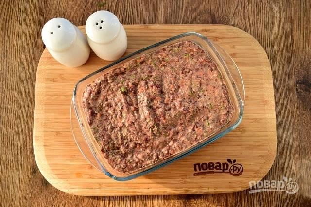 Форму для запекания смажьте маслом, вылейте в нее печеночный фарш. Поставьте запекаться в духовку при 180 °С на 30-40 минут.