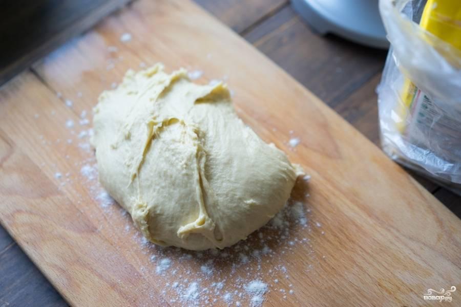 Теперь при помощи специальной кухонной машины и насадки замесите тесто. Если комбайна у вас под рукой не оказалось, то можете сделать это обычной вилкой или руками. Тесто должно выйти мягким и эластичным.