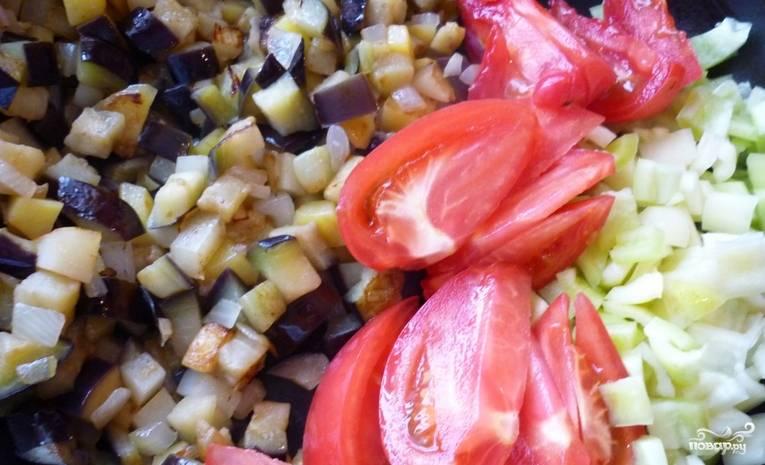 Добавляем затем порезанные томаты, готовим еще 5 минут, помешивая.