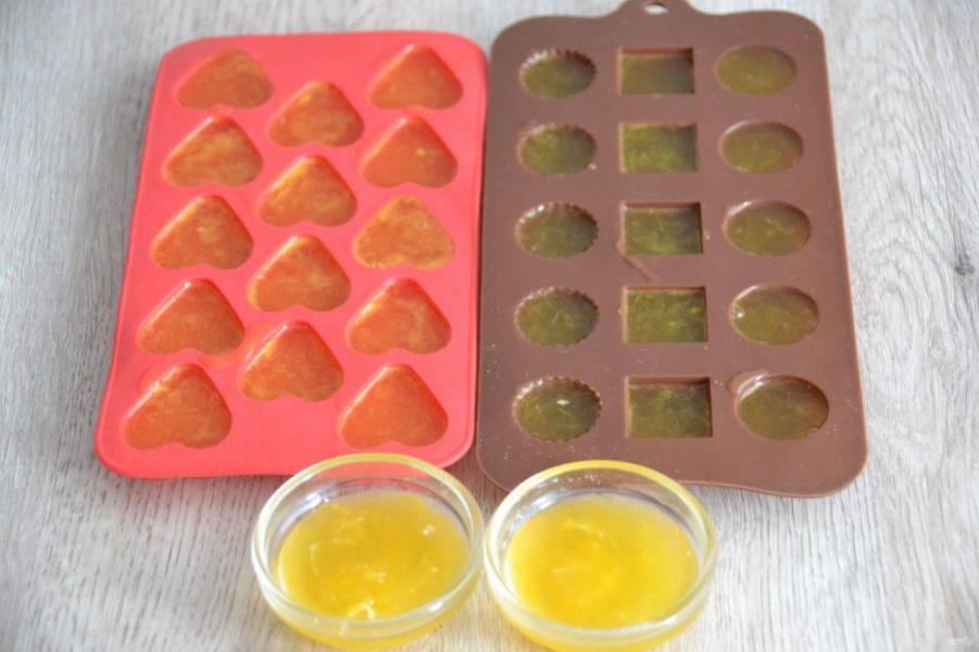 Разлейте горячую массу по формочкам, подойдут формочки для приготовления льда, для приготовления конфет. Уберите в холодильник до застывания, на это уйдет не более 1 часа.