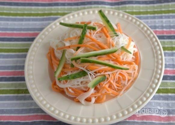 6. Шинковать огурец нужно такой же соломкой, что и морковь. Приятного аппетита!
