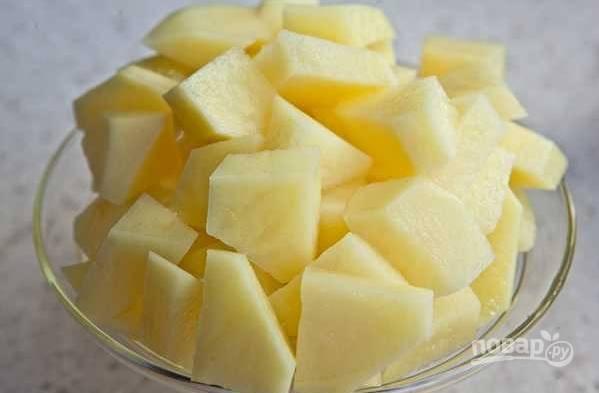 7. Картофель очистите и нарежьте кубиками.