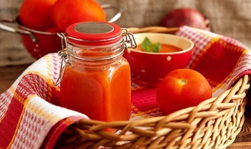 1. Приготовить вкусный соус на зиму из помидоров  в домашних условиях очень просто. Я беру обычно одинаковое количество томатов и перца. Итак, все по порядку.
