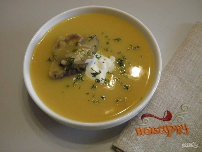 6. Подайте суп с кусочком мяса, сметаной и свежим укропом. Перец по желанию. Приятного!