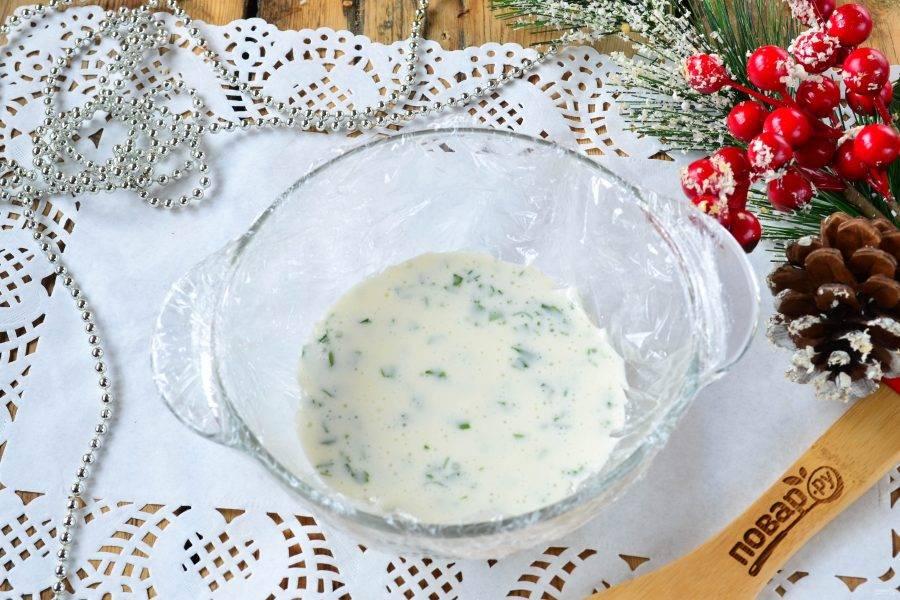Небольшой салатник или бульонницу изнутри застелите пищевой пленкой. Вылейте майонезно-желатиновую массу с зеленью и отправьте в холодильник минимум на 30 минут, чтобы масса схватилась.
