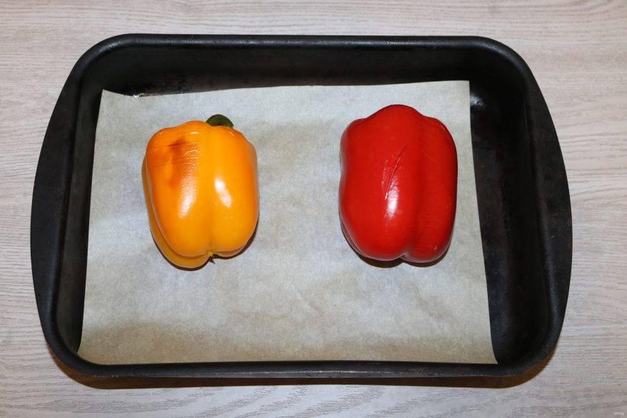 Запечённые перцы извлеките из духовки.