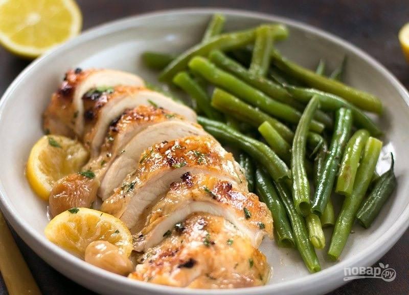 6.Готовую курочку достаньте из духовки и дайте ей постоять 5-10 минут, затем нарежьте кусочками и полейте соками. Подавайте блюдо к столу и наслаждайтесь.