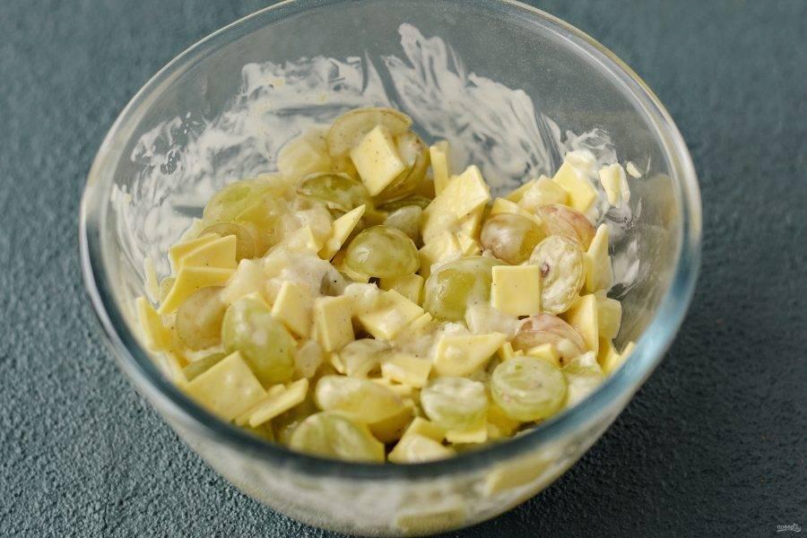 Заправьте салат майонезом. Посолите и поперчите по вкусу.