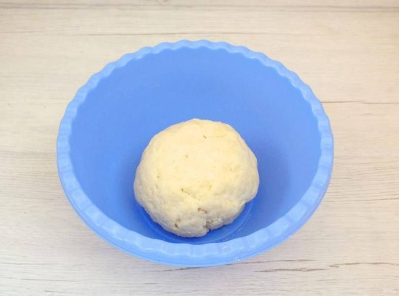 Тесто долго не месите. Как только собралось в комок, округлите его, заверните в пленку и уберите в холодильник на 30 минут.