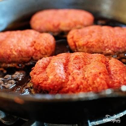 В сковороде разогреваем немного масла, выкладываем в масло наши котлеты-стейки. Обжариваем на среднем огне 4 минуты с одной стороны.