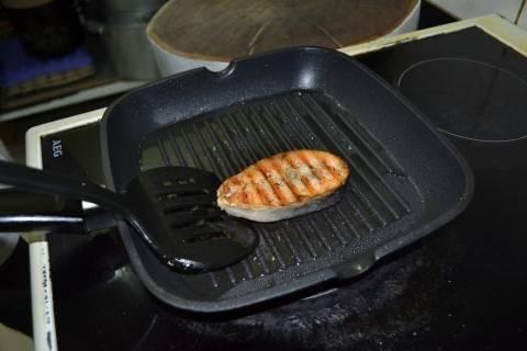 2. Разогреваем сковороду-гриль, и выкладываем рыбу вместе с остатками маринада.