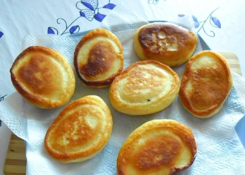 7.Выложите оладьи на салфетку, чтобы та впитала лишний жир.