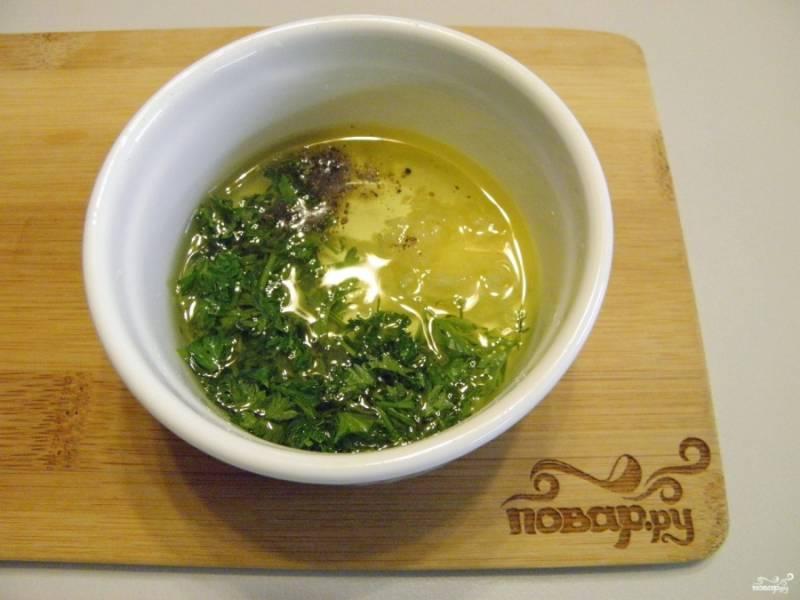 Приготовьте заливку для баклажанов. Для этого соедините растительное масло с чесноком, мелко рубленной зеленью. Поперчите по вкусу, все перемешайте.