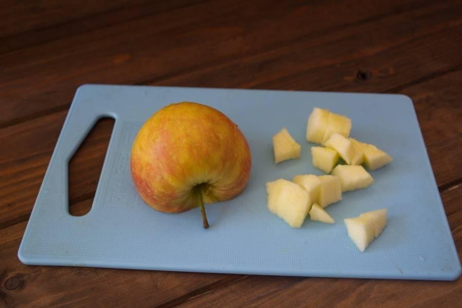Яблоко очистить от шкурки. Нарезать небольшими кусочками.