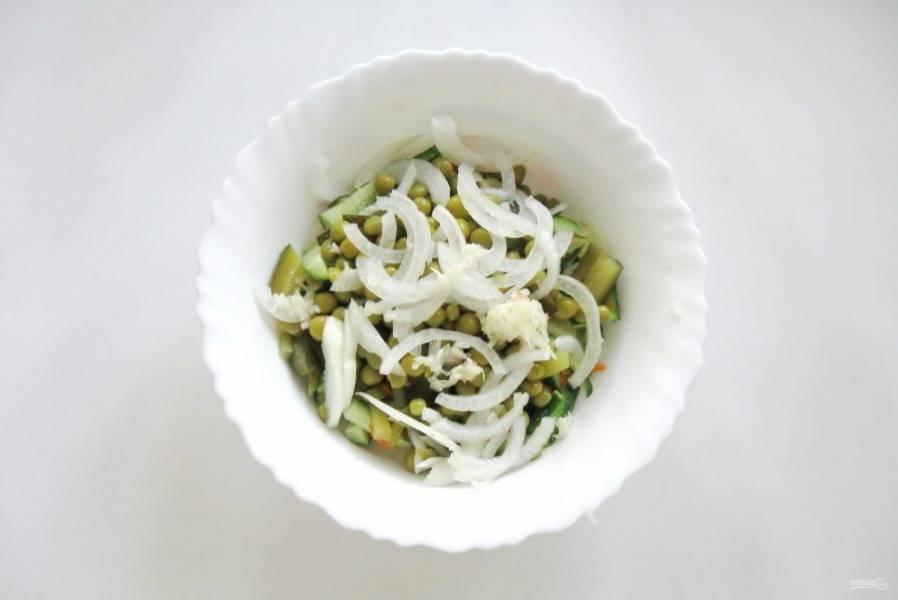 Добавьте в салат измельченный чеснок.