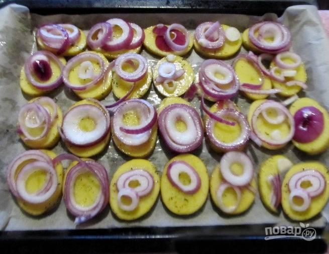 На картофель выложите кольца лука.