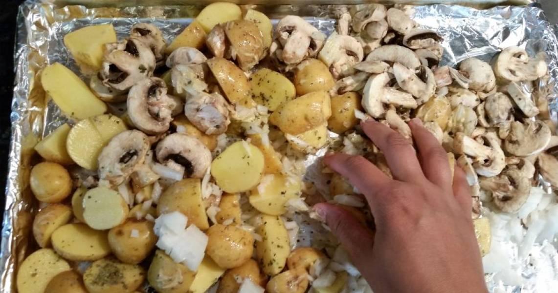 2.Посолите и поперчите, добавьте горчицу, орегано и оливковое масло, перемешайте все овощи руками.