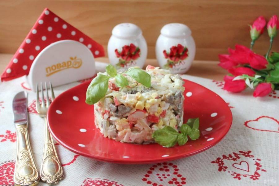 Салат с жареными грибами готов. Подавайте на закуску. Приятного аппетита!