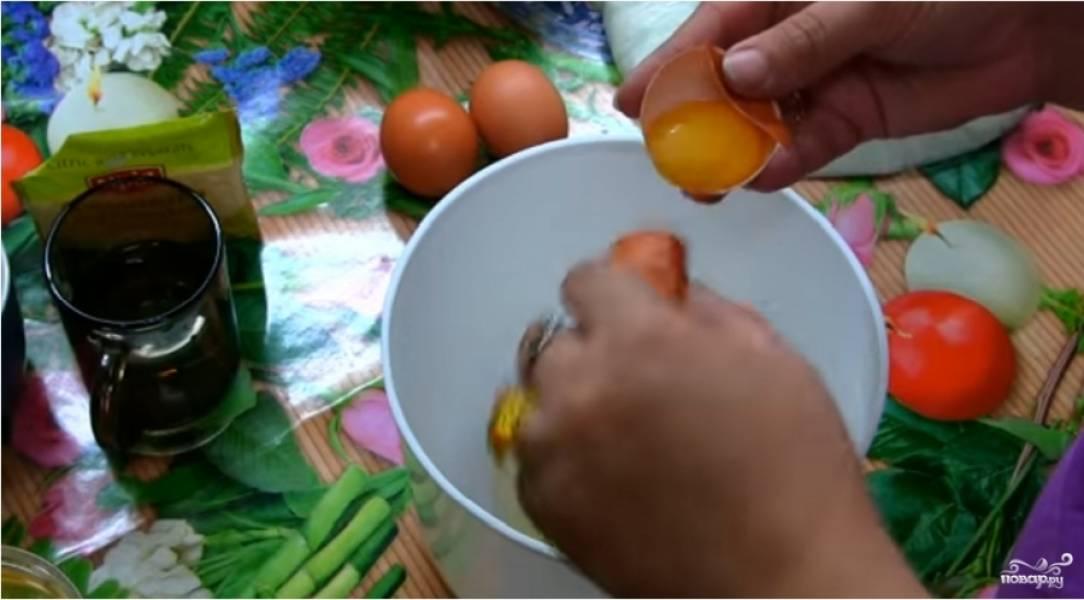 Отделите желтки от белков. Важно, чтобы желтки не попали в будущий крем, так как он не поднимется.