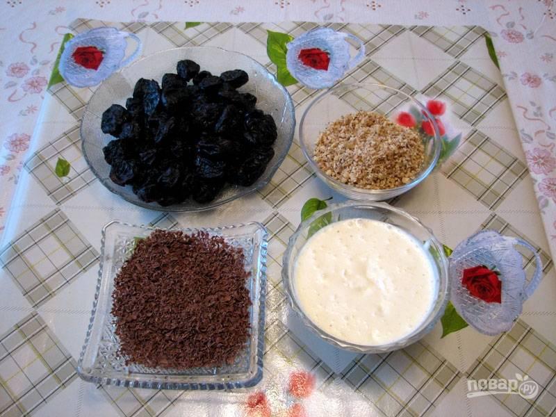 Измельчите орехи (можно в блендере). Взбейте сметану с сахаром. Натрите шоколад на терке.