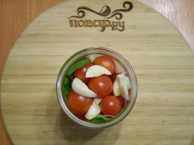 В банку складываем тугие спелые помидоры, чеснок, зелень сельдерея.