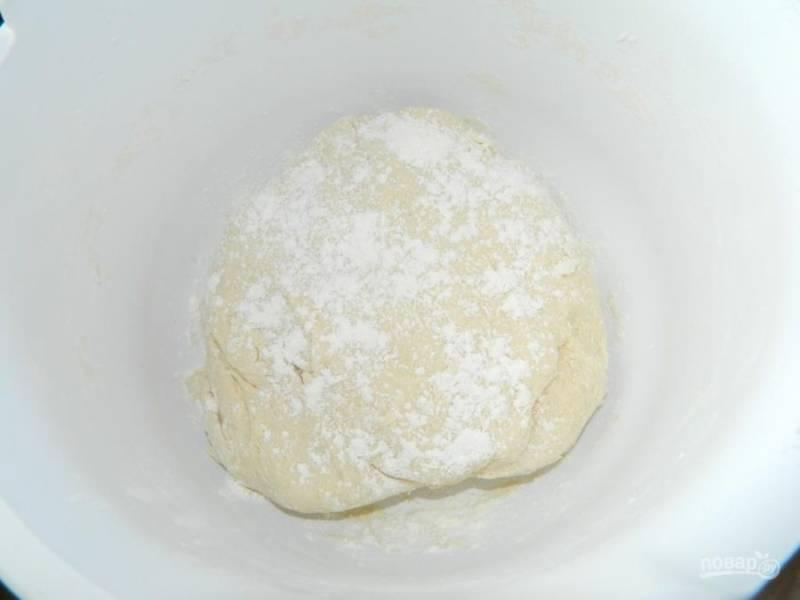 Для приготовления теста смешайте растопленное сливочное масло, кефир, соль, соду и муку. Тесто должно быть мягким и не липким. Накройте пакетом и дайте полежать минут 20.