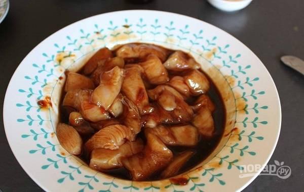 2. Добавьте соевый и вустерский соусы, масло, измельченный чеснок с имбирем. По вкусу можно также добавить острого перца. Перемешайте все и оставьте на 10 минут.
