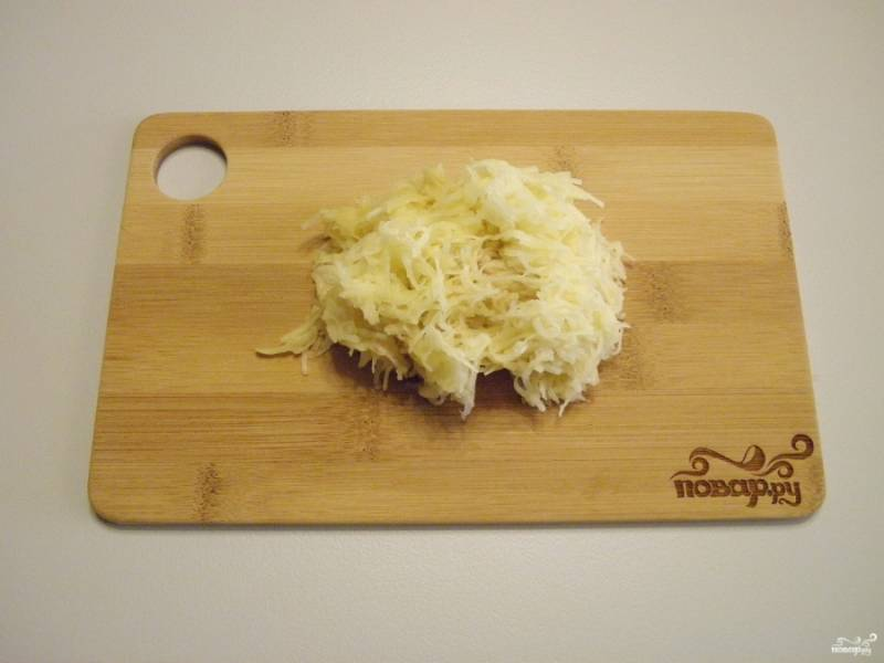 Картофель натрите на мелкой терочке.
