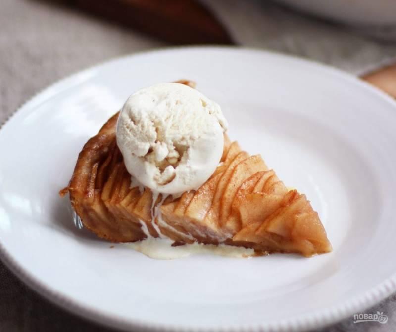 8.Нарежьте пирог кусочками, подавайте его уже остывшим с шариком мороженого.