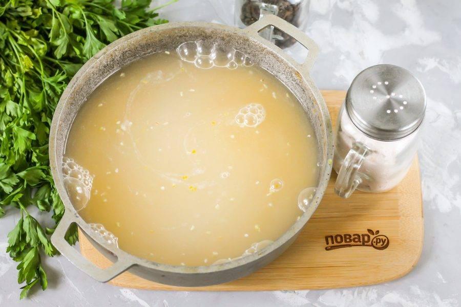 Влейте теплую воду и поместите емкость на плиту. Доведите ее содержимое до кипения, а затем сразу же убавьте нагрев до минимального и накройте казан крышкой. Варите мамалыгу около 15-20 минут, время от времени перемешивая.