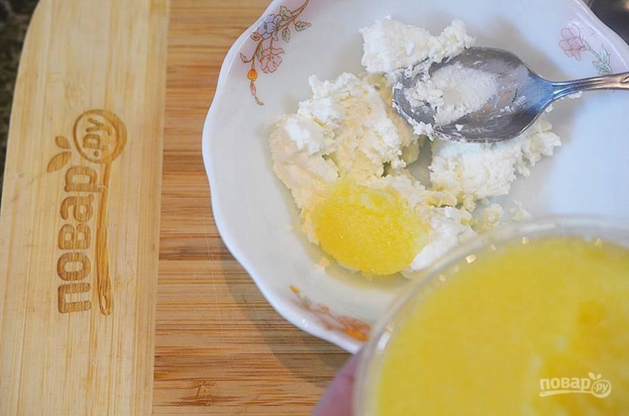 3. Сбрызните икру лимонным соком, добавьте к творогу.