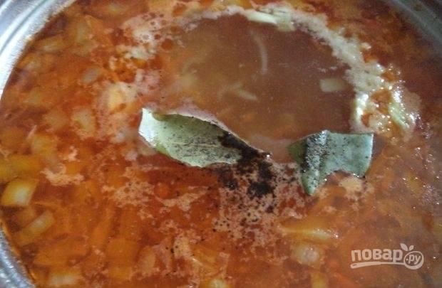 Добавляем в суп зажарку и варим 20 минут, затем соль растираем с чесноком, добавляем в суп, перчим, добавляем лавровый лист. Зелень мелко рубим.
