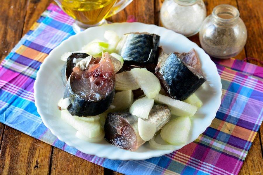 Промойте скумбрию, просушите салфетками, добавьте репчатый лук, нарезанный полукольцами. Полейте рыбу растительным маслом и подавайте к столу.