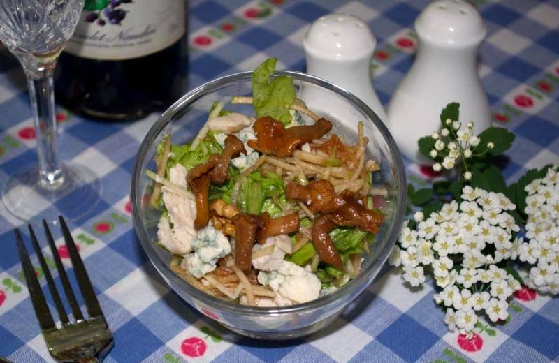 Добавляем маринованные лисички и кусочки Дор Блю, подаем салат к столу. Приятного аппетита!