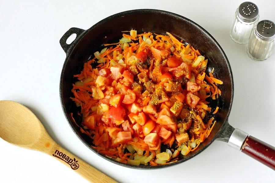 Обжарьте овощи на растительном масле до мягкости, добавьте нарезанные кубиками помидоры и любимые специи (у меня набор для первых блюд).