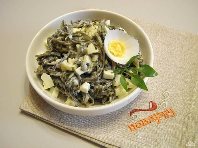 Перемешайте салат, разложите его порционно и украсьте. Приятного аппетита!