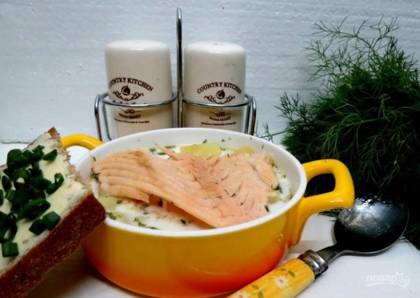 Филе лосося отделите от кости. Добавьте кусочки рыбы в порционные тарелки с ухой. Приятного аппетита!